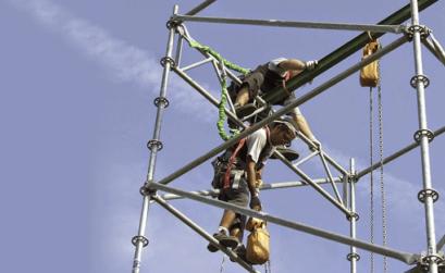 due tecnici al lavoro su un'impalcatura molto alta