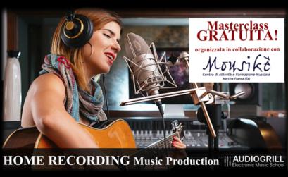 locandina della masterclass: ragazza che suiona la chitarra e canta davanti ad un microfono da studio