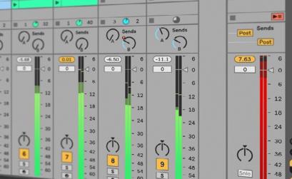 immagine di una schermata al pc con i meter dei canali alti ed il master in saturazione