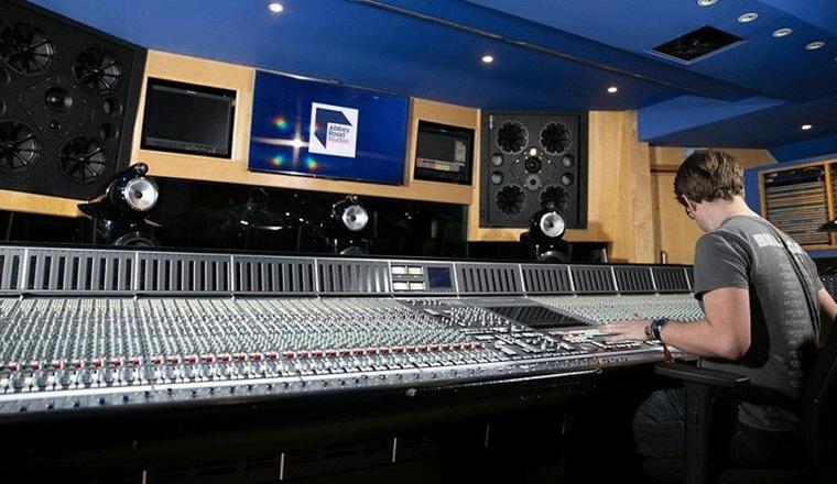 i nuovi monitor posizionati alle spalle della console in regia negli studio di abbey road