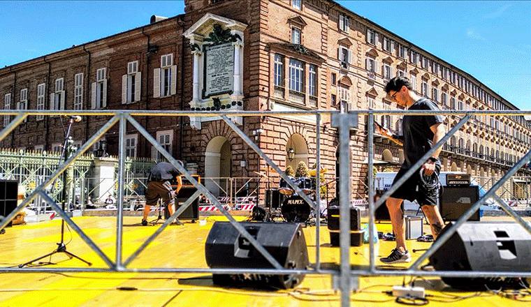 una squadra di tecnici live sul palco